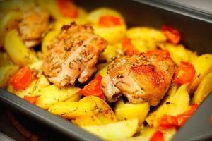 Куриные бедрышки запеченные в духовке с картошкой