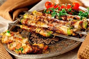 Люля-кебаб на красивом блюде