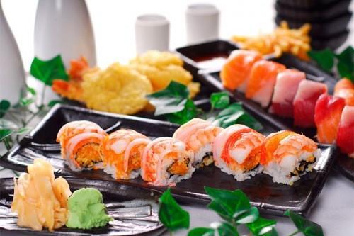 Вкуснейшие суши и роллы на блюде