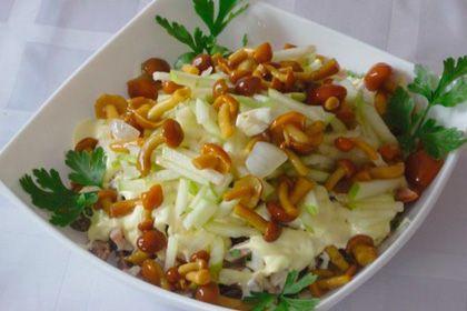 Салат из опят в тарелочке