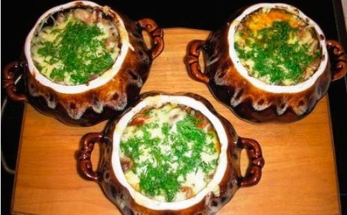 Картошка с курицей сыром и зеленью в горшочках