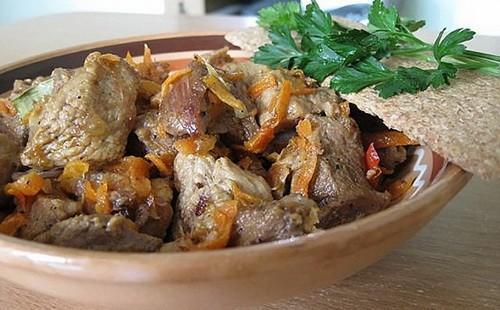 Отварная говядин на блюде