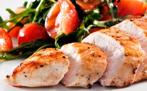 Запеченное филе курицы с помидорами и рукколой