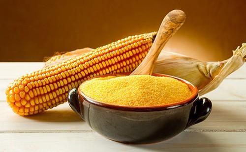 Солнечный натюрморт с жёлтым зерном в глиняной плошке