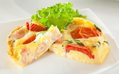 Омлет с ветчиной, помидорами и салатом