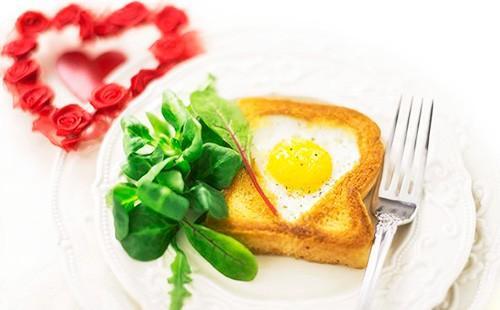 Яичница в хлебе на тарелке с зеленью