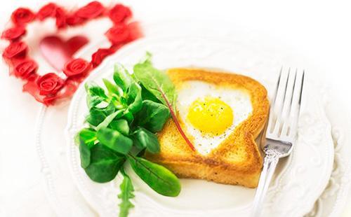 Хлеб в яйце 🥝 жареный, как пожарить на завтрак омлет с колбасой и сыром