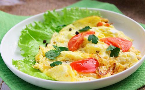 Омлет с сыром и помидорами 🥝 как приготовить омлет с томатами и колбасой на сковороде