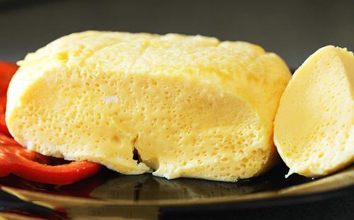 Вареный омлет на тарелке