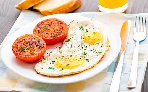 Глазунья с помидорами на тарелке