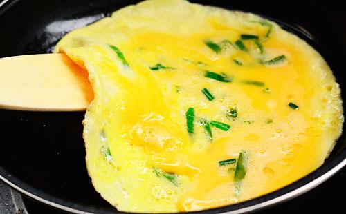 как приготовить омлет из яиц с молоком