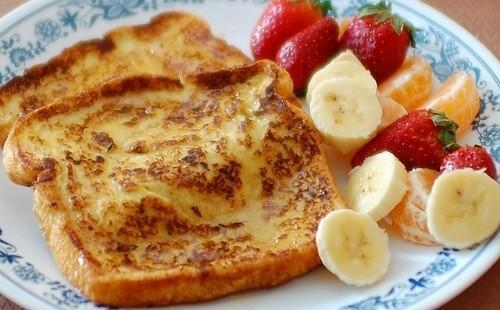 Французские гренки и фрукты на завтрак