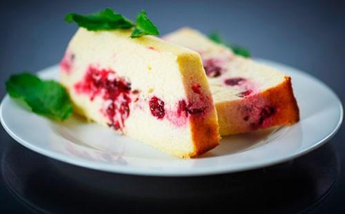 Творожный пирог с вишней на тарелке