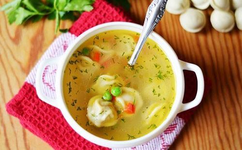 Суп с пельменями в белой пиале