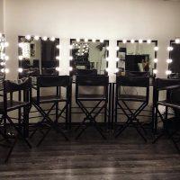 Зеркала с подсветкой на столиках у стены