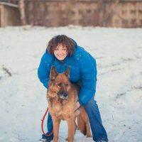 Татьяна с овчаркой гуляют на снегу