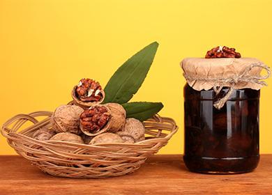 Грецкие орехи в корзинке и варенье в банке