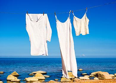 Белые рубахи висят на берегу моря