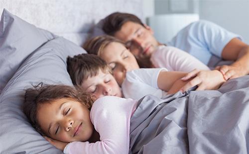 Как часто нужно менять постельное белье ребенку, взрослым и больным