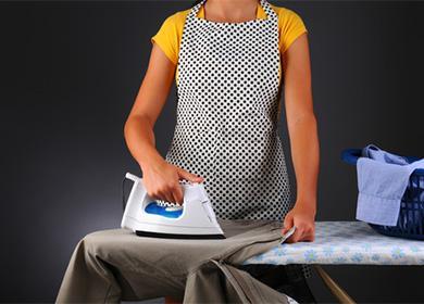 Женщина гладит брюки