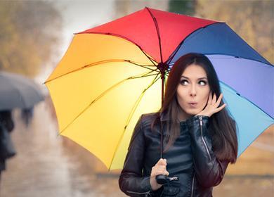 Девушка в кожаной куртке под зонтом