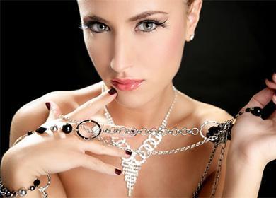 Серебрянные цепочки на девушке