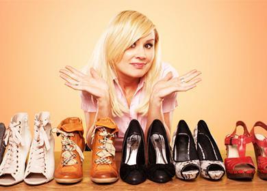 Девушка и обувь на столе