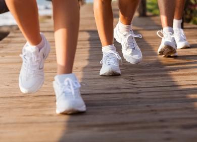Белые кроссовки на ногах бегущих людей