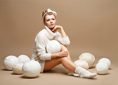 Девушка с шарами из ниток