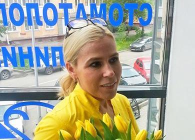 Женщина с букетом жёлтых тюльпанов