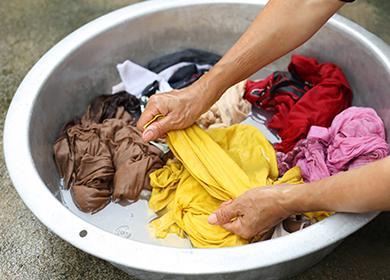 Стирка грязной одежды в тазу
