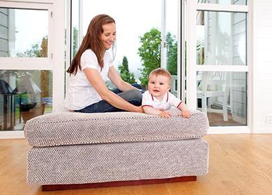 Мама с малышом играют на диване