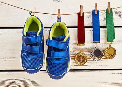 Синие кроссовки висят на бельевой веревке