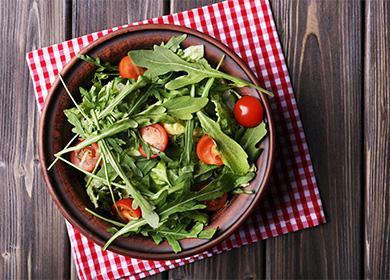 Тарелка с салатом и рукколой в тарелке