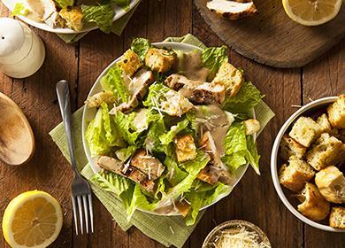 Тарелка салата с курицей