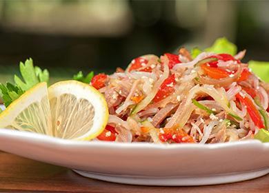Салат с фунчозой и овощами: что добавить, чем заправить и как подать