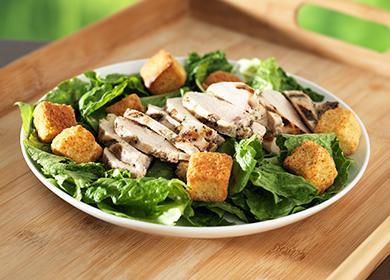 Блюдо с аппетитным салатом