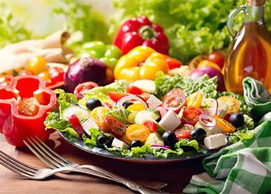 Греческий салат на тарелке