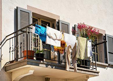 Белье висит на балконе