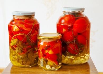 Три банки с консервированныеми помидорами
