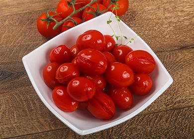 Маринованные сливовые помидоры в чашке