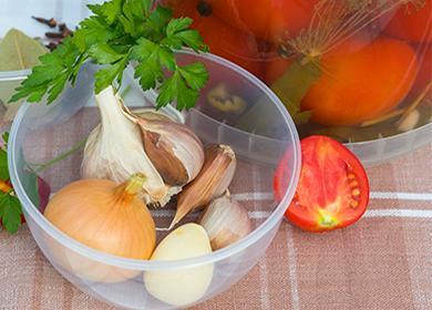Помидоры, лук, чеснок и зелень для маринада