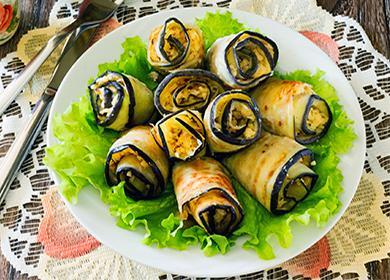 Рулеты из баклажанов с листьями салата на тарелке