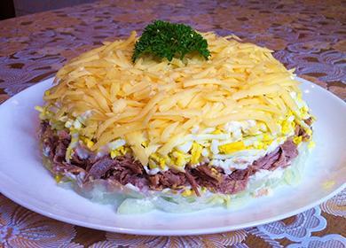 Обильно посыпанный сыром мясной салат