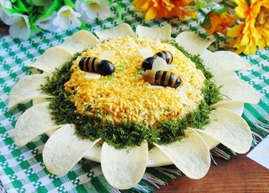 Салат украшен съедобными пчёлками