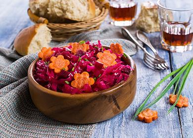 Салат из свеклы в деревянной пиале
