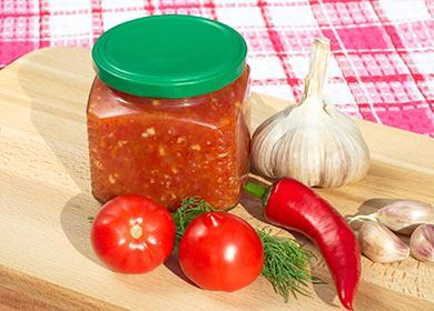 Баночка острого соуса и овощи