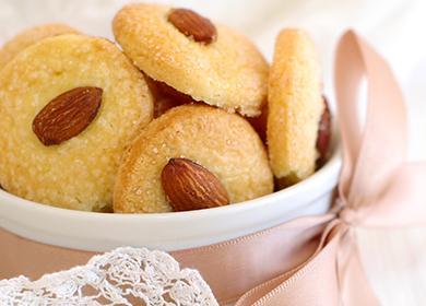 Печенье с миндалём украшено розовой лентой
