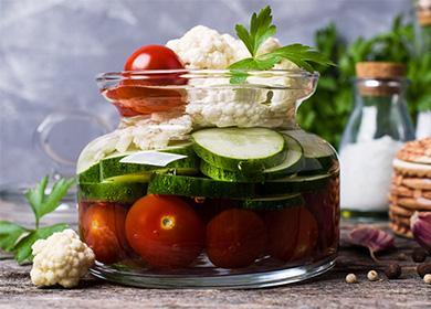 Цветная капуста, огурцы и помидоры, консервированные в банке