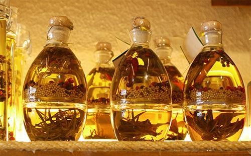 Как хранить оливковое масло после его открытия: требования для жестяной тары и стекла, сроки годности, температура, место